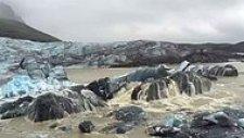 Volkanik Kül ile Kaplı Buzul Parçasının Altından Çıkan Işıl Işıl Mavi Renk