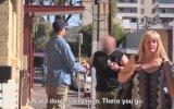 Gözleri Görmeyen Adam Sokaktaki İnsanlardan Para Bozmalarını İsterse 2