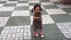 Ayakkbasından Çıkan Vik Vik Sesiyle ve Gülücüğüyle Etrafa Mutluluk Saçan Çocuk