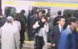 Metro'dan İnenleri Sıra Halinde Bekleyen Japonlar