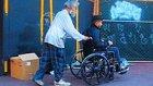 Tekerlekli Sandalyedeki Adama Yardım Etme Konusunda Zenginler mi Daha İyi Evsizler mi?