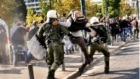 Atina'da Polise Uçan Tekme Atan Yunan Çiftçisi