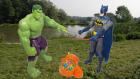 Yeşil Dev Hulk ve Batman Balık Tutuyor | Balık tutma oyununu batman ve yeşil dev hulktan izleyin