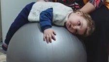 Pilates Topunda Uyumayı Tercih Eden Sevimli Bebek