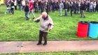 Kendini Müziğin Ritmine Kaptıran Yaşlı Adamın Enerji Dolu Hareketleri