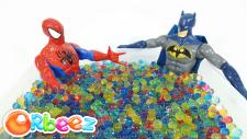 Spiderman VS Batman Orbeez Havuzunda Sürpriz Oyuncakları Buluyor | Ters Yüz Disney Arabalar Süper