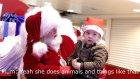 İşitme Engelli Küçük Kızla İşaret Dili ile Konuşan Noel Baba