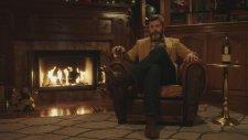 Nick Offerman'ın Şöminenin Yanında 45 Dakika Sakin Sakin Viski İçmesi