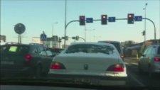 Aracının Camını Temizleyen Sürücüye Sinyal Çakmak