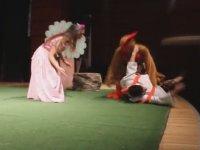 Tiyatro Oyununa Bastonuyla Müdahale Eden Teyze