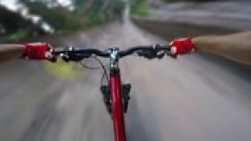 Terk Edilmiş Kızak Parkurunda Adrenalin Dolu Bisiklet Sürüşü