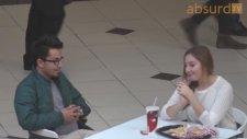 Sormadan Etmeden Tanımadığın İnsanların Masasına Oturmak - Şaka İçerir