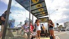 İnsanlara Güneş Kremi Hediye Eden Reklam Panosu