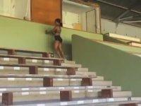 Saniyeler İçinde 30 Merdiveni Sıçrayarak Çıkan Atlet