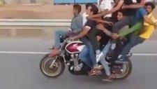 motorsiklete 11kişi bindi yok artık ::D