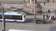 Troleybüsün Arkasına Asılmak