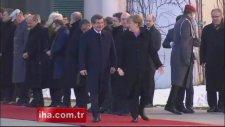 Davutoğlu'na Almanya'da resmi karşılama töreni