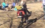 Yaprak Üfleme Makinesinin Gücüne Karşı Koyaman Çocuk