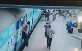 Tren Rayındaki Feci Ölüm  Hindistan