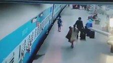 Tren Raylarında Feci Ölüm - Hindistan