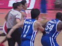 Maçı Bırakıp Rakip Oyuncuya Hallenen Basketbolcu