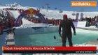 Soğuk Havada Buzlu Havuza Atladılar