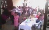 Düğünde Saçma Sapan Şeylerle Dans Eden İnsanlar