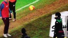 Totti ve minik Sassuolo taraftarı kenarda ısınıyor