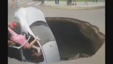 Yolun Ortasında Açılan Dev Çukur Arabayı Yuttu