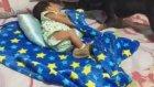 Uyuyan Bebeğin Üzerini Örten Köpek