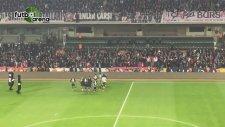 Beşiktaşlı futbolcuların tribünle karşılıklı tezahüratı