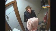 Hırsızlar Kapıyı Açacakken Ev Sahibinin İçerden Kapıyı Açması