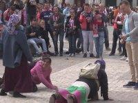 PSV Taraftarlarının Kadın Mültecilere Para Karşılığında Şınav Çektirmesi