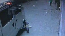 Üzerinden Araba Geçen Minik Çocuk Kalkıp Yürüdü