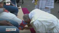 Papa Franciscus Göçmenlerin Ayaklarını Yıkayıp Öptü