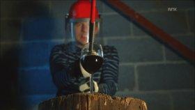 Ağır Çekimde Şarap Kadehlerinin Baltayla Parçalanması