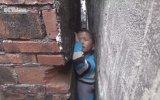 İki Duvar Arasına Sıkışan Çocuk
