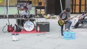 Çocuklardan Sokakta Muhteşem Heavy Metal Performansı