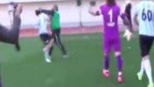 Futbolcuyu tek yumrukla yere serdi