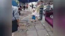 Çinli Çocuk Elinde Demir Boru ile Polise Kafa Tuttu