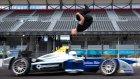 Formula 1 aracı üzerinden atladı