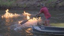 Avustralyalı Siyasetçi Protesto Amaçlı Metan Gazı Çıkan Nehri Ateşe Verdi