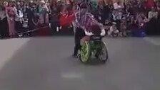 Tekerlekli Sandalyedeki Öğrencisiyle Dans Eden Öğretmen