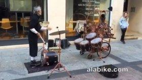 Bateri Çalma İşini Farklı Bir Boyuta Taşıyan Sokak Müzisyeni