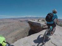 İnsanların Yürümeye Korktuğu Tepelerde Bisiklet Binen Çılgın İkili