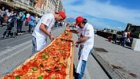 Ninja Kaplumbağaların Akıllarını Başından Alacak Dünyanın En Uzun Pizzası