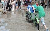 Yağmuru Fırsata Çeviren Çocuk  İzmir