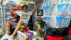 Kendilerine Tuvalet Kağıtlarından Yapı Marketin İçine Yaşam Alanı Yapan Çılgın Gençler