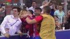 Carrasco Golü Nişanlısını Öperek Kutladı