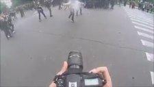 Kafa Atıp Biber Gazı Sıkan Ultra Rahat Fransız Polisi